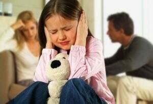 Discutir na frente dos filhos pode causar stress infantil