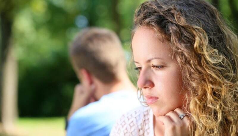 Casal triste em função de uma traição