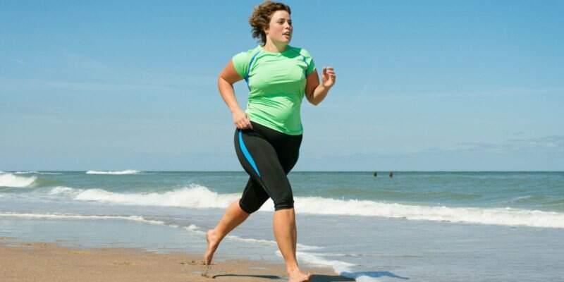 Mulher se exercitando após realização de cirurgia bariátrica