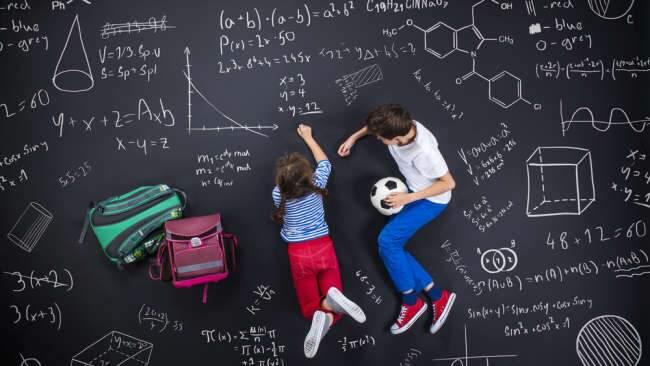 Crianças superdotadas fazendo cálculos matemáticos