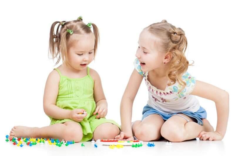 Menina autista brincando com outra criança