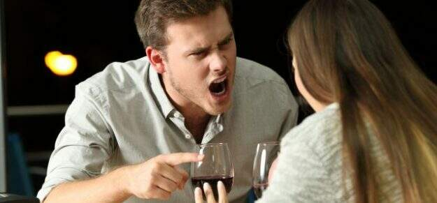 Agressão verbal homem gritando com a mulher