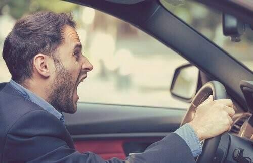 Agressividade no trânsito homem gritando