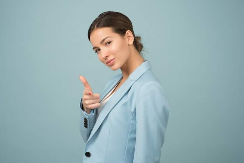 autoconfiança mulher confiante olhando para frente e apontando com as mãos