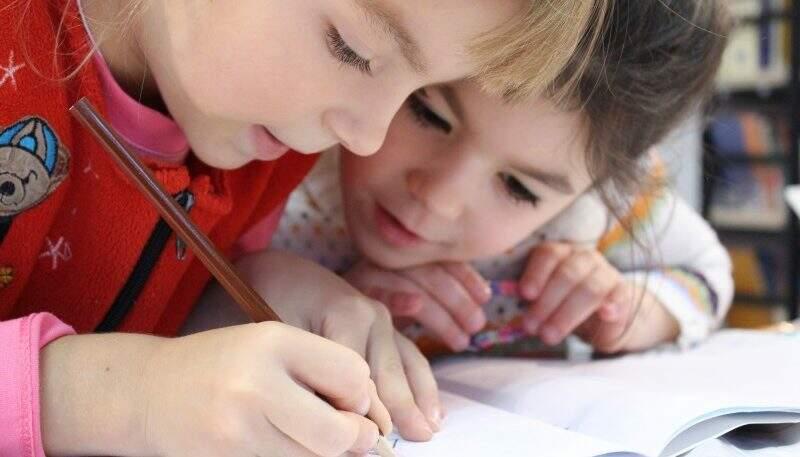 Déficit de atenção duas crianças na escola