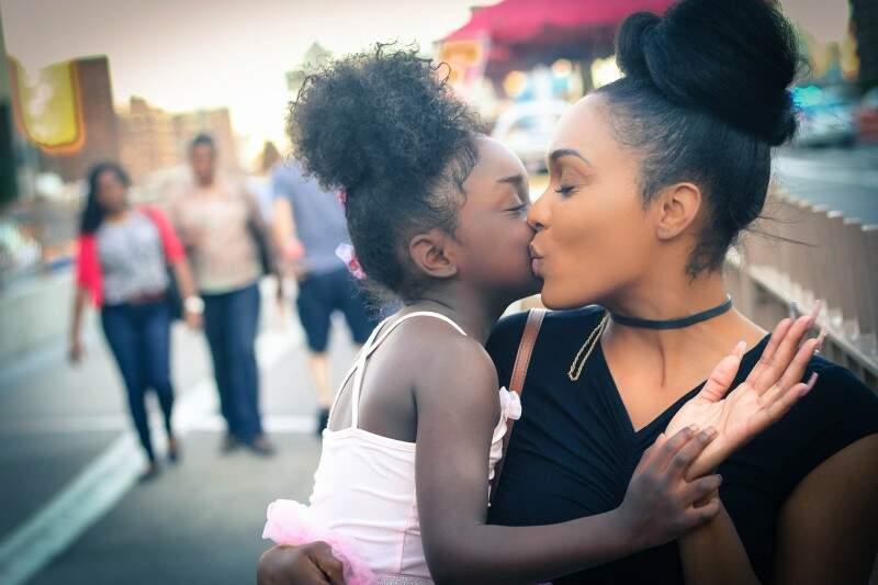 Como as mães podem cultivar emoções positivas?