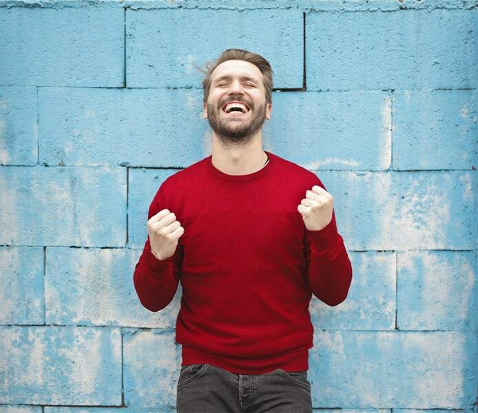 otimismo homem feliz torcendo