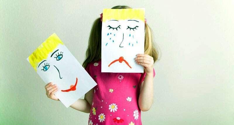 Psicoterapia infantil criança triste e feliz